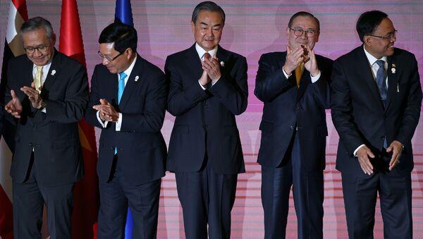 Các Bộ trưởng Ngoại giao ASEAN-Trung Quốc chụp ảnh chung - Sputnik Việt Nam
