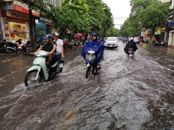 Mưa lớn gây ngập úng tại đường Chiến Thắng (quận Thanh Xuân) - Sputnik Việt Nam