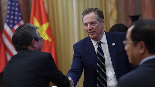 Đại diện Thương mại Mỹ Robert Lighthizer bắt tay với Phạm Quang Vinh, Đại sứ Việt Nam tại Hoa Kỳ, 2017 - Sputnik Việt Nam