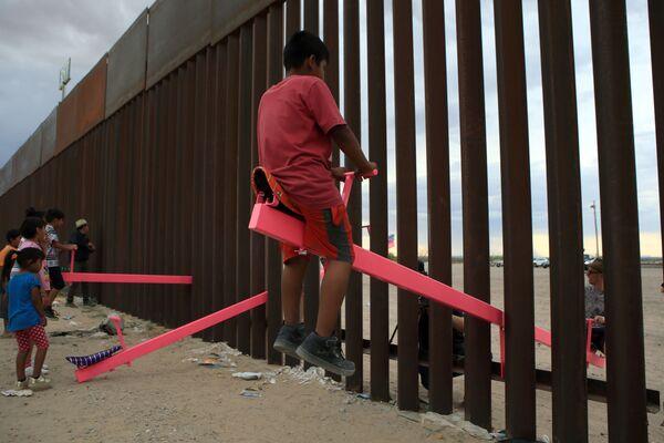 Những chiếc cầu bập bênh của trẻ em trên biên giới Mexico và Hoa Kỳ trong khu vực Anapra, Ciudad Juarez - Sputnik Việt Nam