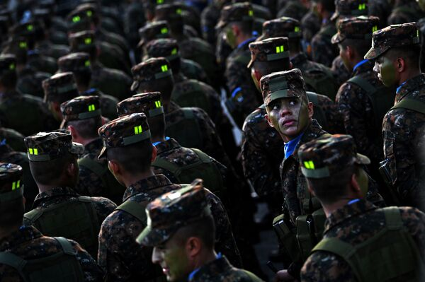 Các binh sĩ lực lượng vũ trang El Salvador duyệt đội ngũ trước Tổng thống Nayib Bukele  - Sputnik Việt Nam