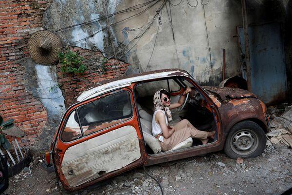 Cô gái tạo dáng trong chiếc xe cũ ở Bangkok, Thái Lan - Sputnik Việt Nam