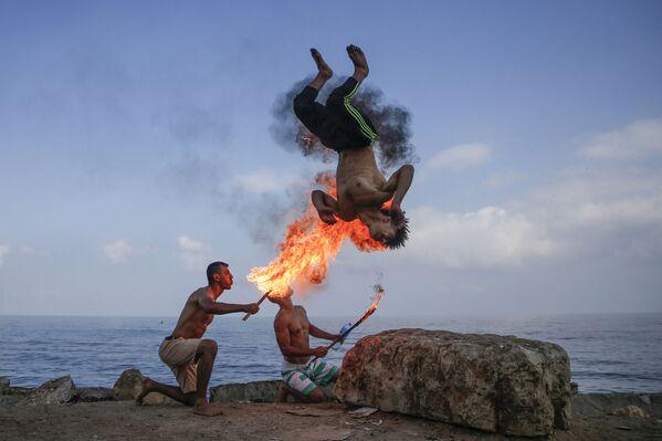 Ảo thuật gia Palestine biểu diễn trên bãi biển ở Gaza  - Sputnik Việt Nam