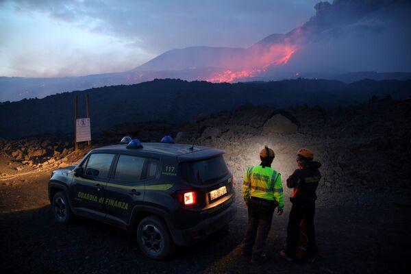 Cảnh sát Italy theo dõi tình hình phun trào của núi lửa Etna ở Sicily - Sputnik Việt Nam