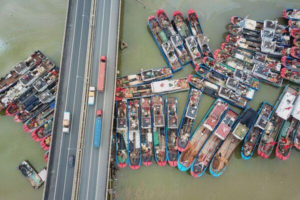 Thuyền đánh cá neo đậu trong ngày cuối cùng của lệnh cấm đánh bắt hải sản mùa hè tại Liên Vân Cảng thuộc tỉnh Giang Tô, Trung Quốc - Sputnik Việt Nam