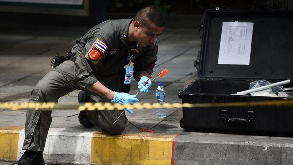 Тайские следователи и полиция на месте взрыва в Бангкоке, в результате которого пострадали люди, Таиланд - Sputnik Việt Nam
