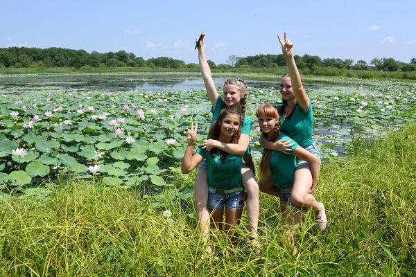 Khách tham quan lễ hội Lotus-2019 trên hồ Basseyn gần làng Yakovlevka - Sputnik Việt Nam