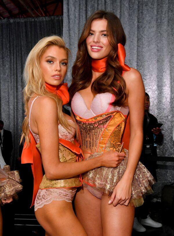 Stella Maxwell và Sofie Rovenstine trong hậu trường show của Victoria's Secret, 2018 - Sputnik Việt Nam