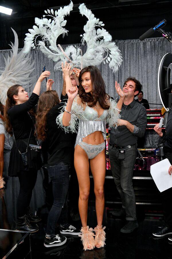 Người mẫu Bella Hadid trong hậu trường show của Victoria's Secret - Sputnik Việt Nam