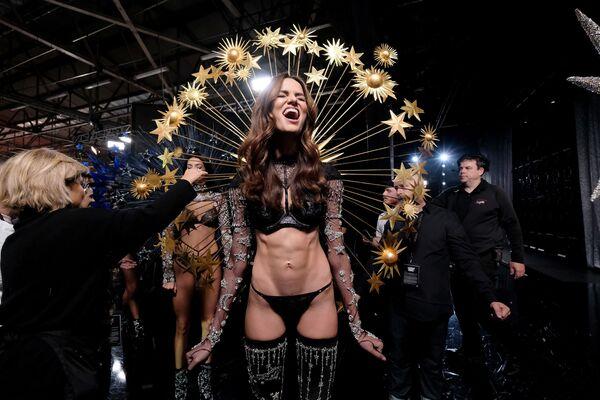 Người mẫu Barbara Fialho trong hậu trường show của Victoria's Secret - Sputnik Việt Nam