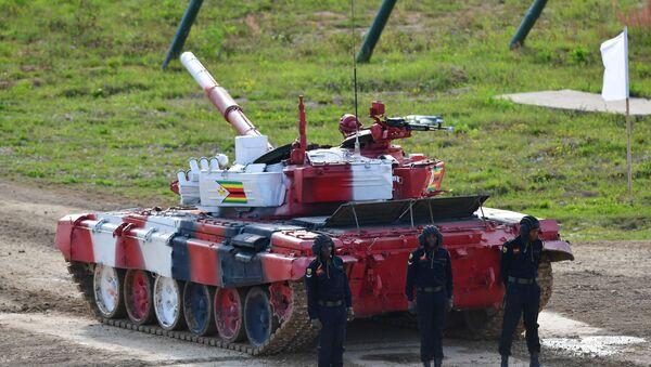 Kíp xe tăng T-72B3 của quân đội Zimbabwe ở giai đoạn đầu tiên của Vòng đua cá nhân, trong cuộc đua xe tăng Tank Biathlon thuộc Hội thao quân sự quốc tế lần thứ V năm 2019 tại Công viên Patriot - Sputnik Việt Nam