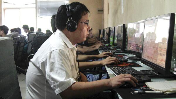 Người dân Bắc Kinh trong một quán cà phê internet ở Trung Quốc - Sputnik Việt Nam