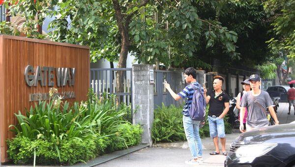 Nhiều người tập trung ngoài cổng trường vì tò mò. - Sputnik Việt Nam
