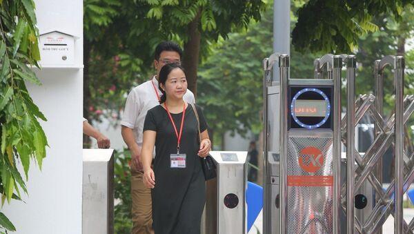 Theo quy định của trường Quốc tế Gateway phải thẻ để kiểm soát việc ra vào.  - Sputnik Việt Nam