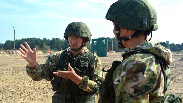"""Những người nước ngoài tham gia trong cuộc thi của Hội thao Quân sự Quốc tế - 2019 ở ngoại ô Tyumen đã lần đầu tiên được thử nghiệm tổ hợp thiết bị quân sự của Nga """"Ratnik-2"""" - Sputnik Việt Nam"""
