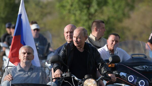 Vladimir Putin đến thăm buổi trình diễn mô-tô quốc tế ở Sevastopol - Sputnik Việt Nam