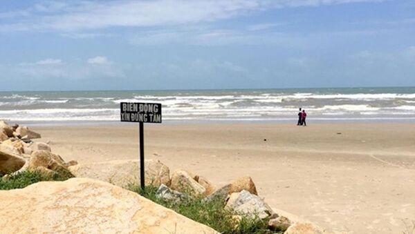Các du khách đã được người dân địa phương cảnh báo rằng biển động sóng lớn có thể gây ra nước xoáy nguy hiểm - Sputnik Việt Nam