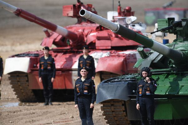 Tổ lái xe tăng T-80 của đội tuyển Nga sau khi kết thúc Cuộc đua cá nhân nữ trong cuộc thi Tank Biathlon, Hội thao quân sự quốc tế 2019 tại Công viên Patriot - Sputnik Việt Nam