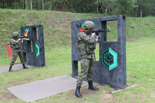 Nữ quân nhân thi bài Nhà thiện xạ trong khuôn khổ cuộc thi Người bạn trung thành tại Hội thao quân sự quốc tế 2019  - Sputnik Việt Nam