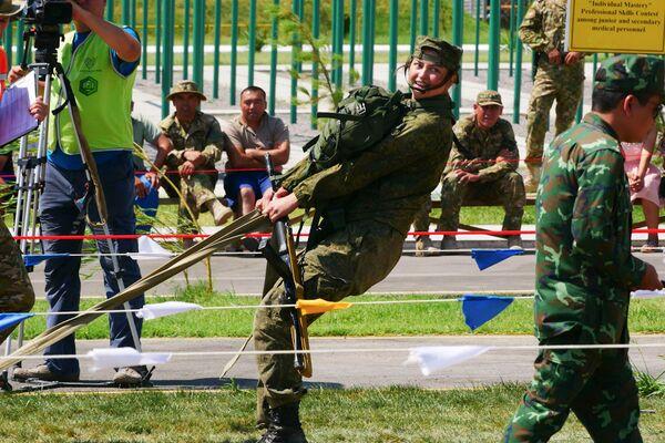 Bác sĩ quân đội Nga hướng dẫn cấp cứu người trong điều kiện ngoài bệnh viện trong khuôn khổ Hội thao quân sự quốc tế 2019  - Sputnik Việt Nam