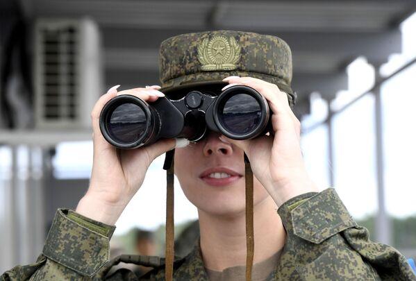 Nữ quân nhân trong trận bán kết cuộc thi Công thức Kỹ thuật tại thao trường Andreevsky ở tỉnh Tyumen - Sputnik Việt Nam