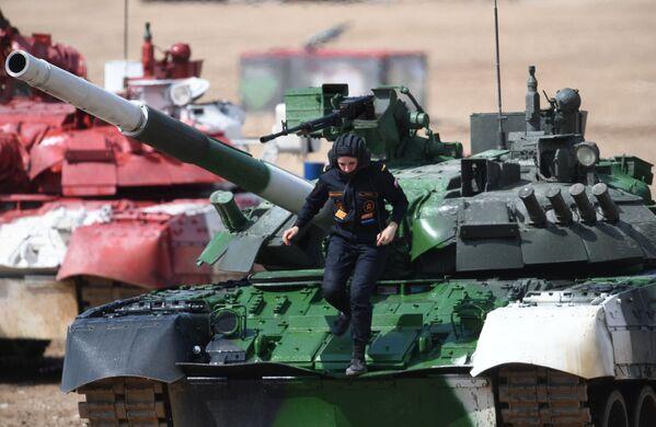 Thành viên tổ lái xe tăng T-80 của đội tuyển Nga tại chung kết Cuộc đua cá nhân nữ trong Tank Biathlon tại Hội thao quân sự quốc tế 2019 - Sputnik Việt Nam