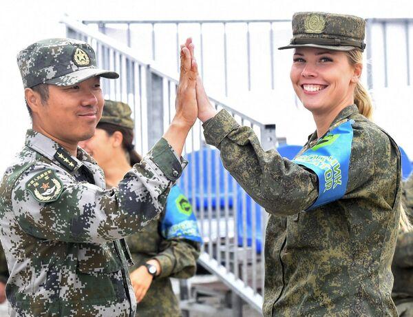 Nữ quân nhân đội tuyển Nga và nữ quân nhân đội tuyển Trung Quốc trong trận bán kết cuộc thi Công thức kỹ thuật tại thao trường Andreevsky ở tỉnh Tyumen - Sputnik Việt Nam