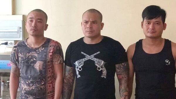 Quang Rambo (giữa) và các đối tượng tại cơ quan công an. - Sputnik Việt Nam