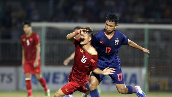 U18 Thái Lan (áo xanh) chỉ có thể thủ hoà U18 Việt Nam. - Sputnik Việt Nam