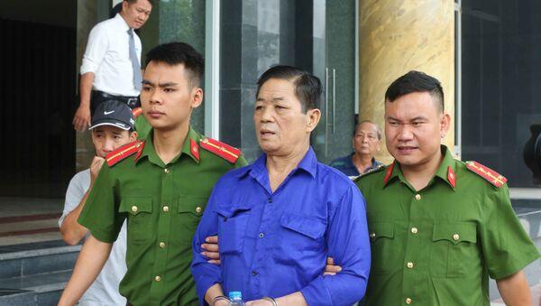 """Cảnh sát dẫn giải bị cáo Nguyễn Kim Hưng (tức Hưng """"kính"""") về trại giam sau khi tòa tuyên án. - Sputnik Việt Nam"""
