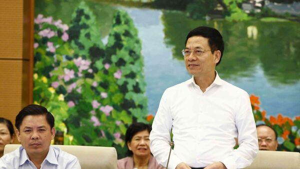 Bộ trưởng Bộ Thông tin và Truyền thông Nguyễn Mạnh Hùng trả lời các câu hỏi của đại biểu nêu. - Sputnik Việt Nam