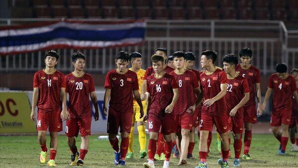 U18 Việt Nam thua Campuchia, qua đó dâng vé vào bán kết cho U18 Malaysia. - Sputnik Việt Nam