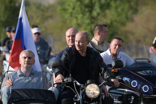 """Tổng thống Nga Vladimir Putin tại lễ hội xe máy quốc tế """"Đêm Babylon"""" do câu lạc bộ mô tô """"Những con sói đêm"""" tổ chức tại Sevastopol - Sputnik Việt Nam"""