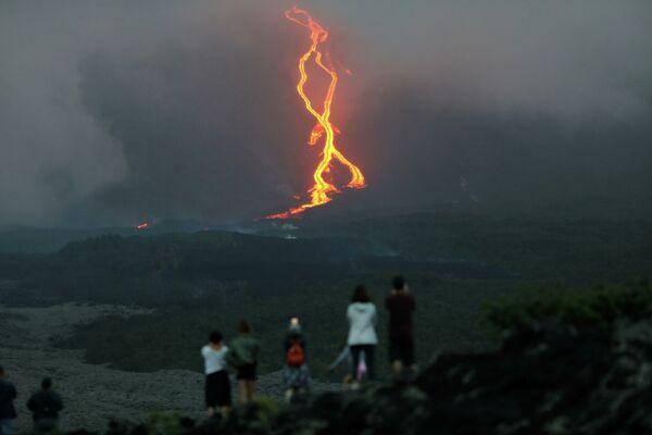 Mọi người theo dõi sự phun trào của núi lửa Piton de la Fournaise trên đảo Reunion, Pháp - Sputnik Việt Nam