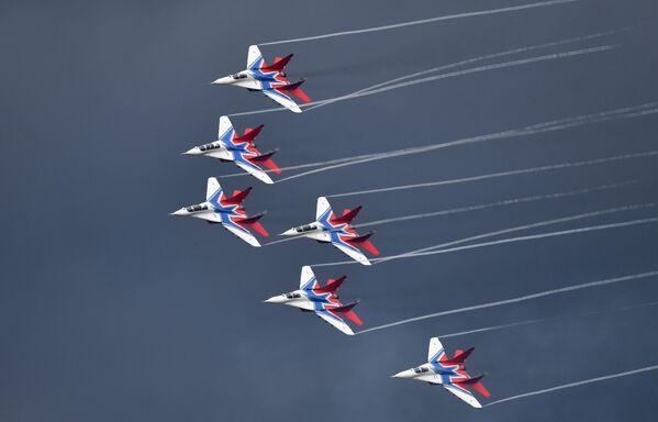 """Máy bay MiG-29 của đội nhào lộn trên không """"Chim én"""" tại cuộc thi toàn Nga Aviadarts tại sân tập hàng không Dubrovichi, ngoại ô Ryazan - Sputnik Việt Nam"""
