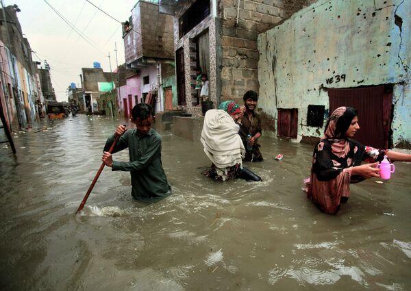 Đường phố ngập nước do hậu quả mưa nhiều ở Pakistan - Sputnik Việt Nam