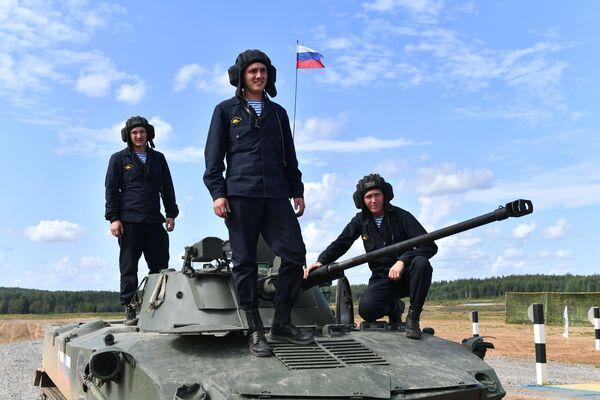 Tổ lái xe chiến đấu BMD-4M Sadovnitsa khi bắt đầu giai đoạn thứ tư cuộc thi Trung đội trên không tại thao trường Zavelichye, tỉnh Pskov - Sputnik Việt Nam