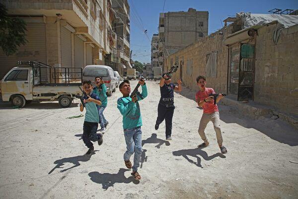 Trẻ em Syria chơi súng nhựa ở Idlib - Sputnik Việt Nam