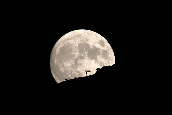 Thang máy trượt tuyết trong đêm rằm trên dãy Helmos ở Hy Lạp - Sputnik Việt Nam