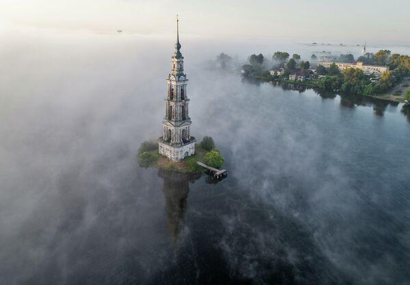 Tháp chuông Nhà thờ St. Nicholas bị ngập bởi nước hồ Uglich ở thành phố Kalyazin, tỉnh Tver - Sputnik Việt Nam