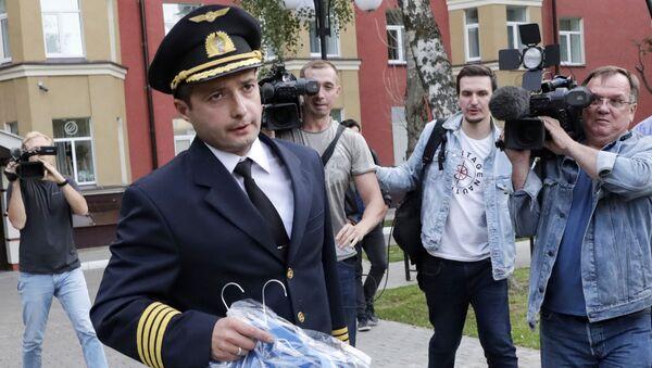 Сơ trưởng chỉ huy chiếc máy bay của hãng hàng không Ural Airlines đã hạ cánh khẩn cấp xuống ruộng ngô là Damir Yusupov - Sputnik Việt Nam