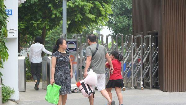 Trong ảnh: Nhiều phụ huynh trực tiếp đưa con đến trường Quốc tế Gateway.  - Sputnik Việt Nam