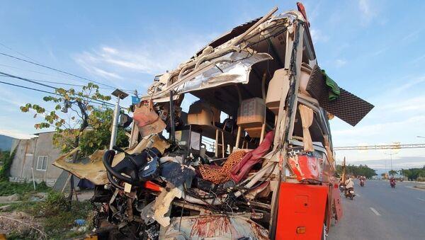 Đầu xe ô tô 51B-402.70 biến dạng hoàn toàn sau vụ tai nạn.  - Sputnik Việt Nam