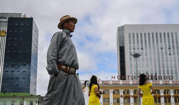 Người qua đường trên Quảng trường Thành Cát Tư Hãn ở Ulan Bator, Mông Cổ - Sputnik Việt Nam
