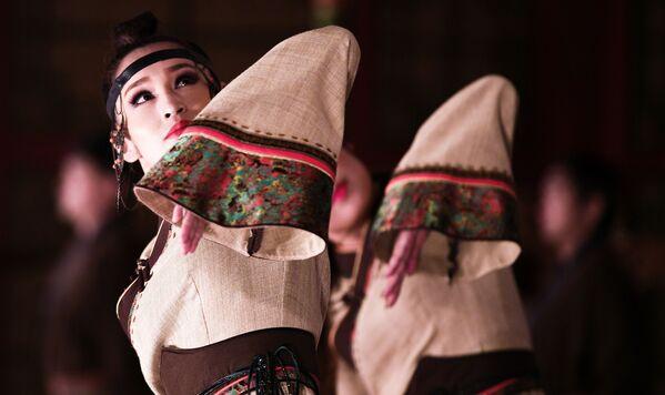 Buổi biểu diễn của nghệ sĩ Nhà hát Ca múa nhạc truyền thống Tumen Ekh, Mông Cổ - Sputnik Việt Nam
