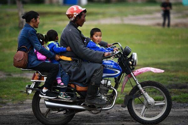 Người dân địa phương ở Khalkhin Gol, Mông Cổ - Sputnik Việt Nam