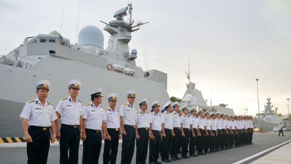 Sỹ quan và thủy thủ tàu Hộ vệ tên lửa 016 dự lễ chào cờ rời cảng bắt đầu chuyến thăm Liên bang Nga.  - Sputnik Việt Nam