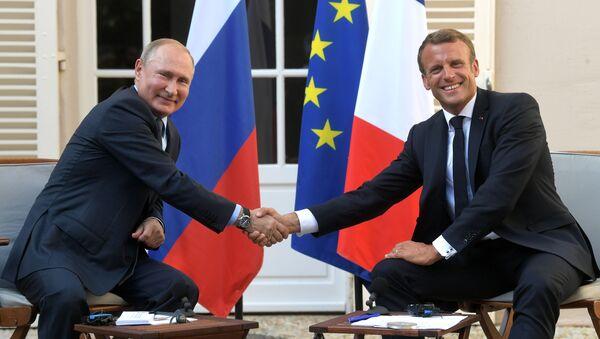Президент РФ Владимир Путин и президент Франции Эммануэль Макрон во время встречи на юге Франции - Sputnik Việt Nam