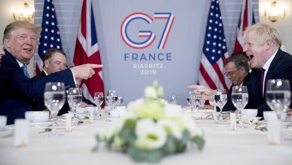 Tổng thống Mỹ Donald Trump và Thủ tướng Anh Boris Johnson trong cuộc  đàm phán tại Hội nghị thượng đỉnh G7 ở Biarritz - Sputnik Việt Nam