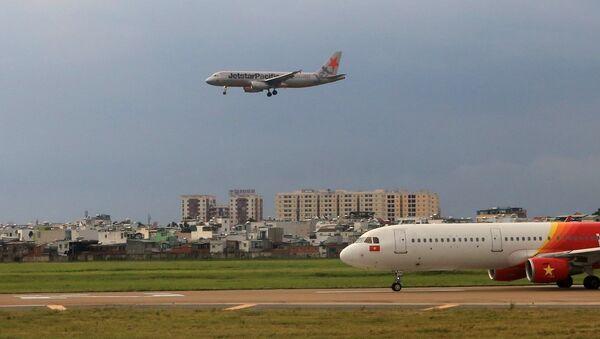 Máy bay của hãng hàng không Jetstar Pacific đang hạ cánh tại sân bay Tân Sơn Nhất - Sputnik Việt Nam